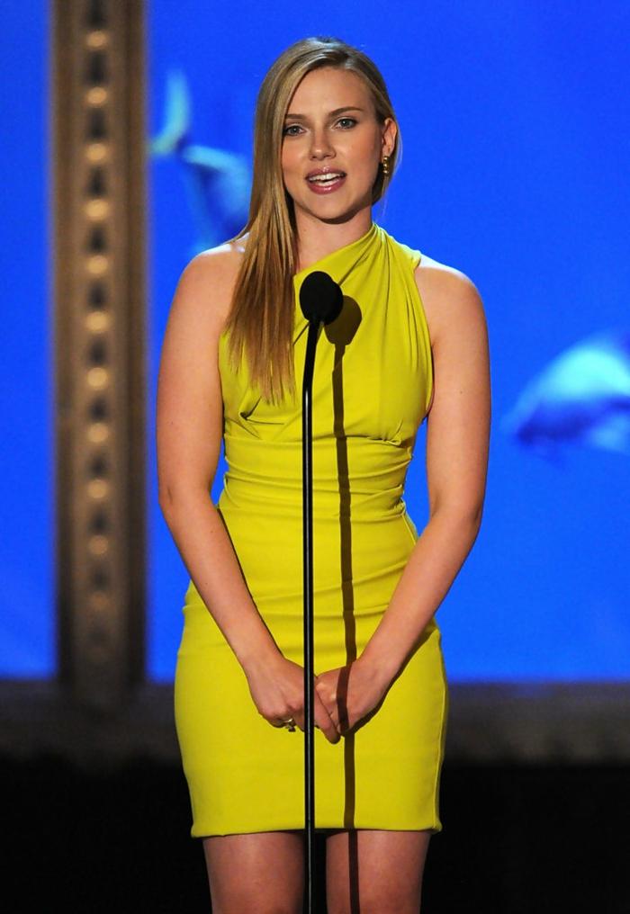 robe de gala jaune portée par Scarlett Johansson, épaules asymétriques, robes d'événements spéciaux