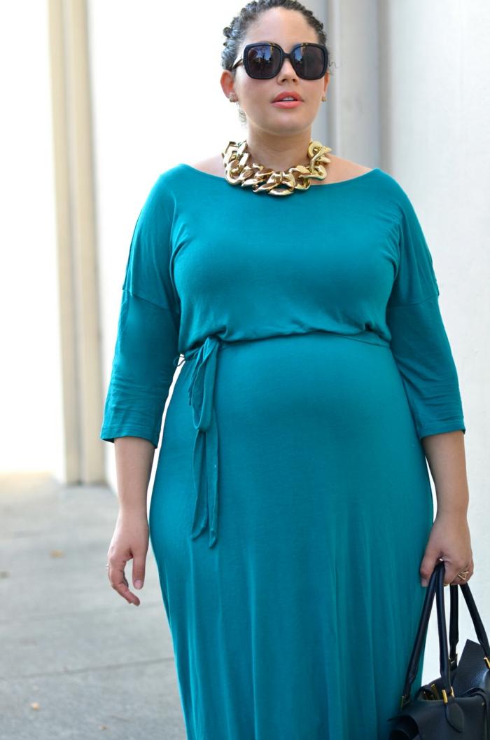 lunettes de soleil, collier chaine, robe bleue fluide, lunettes de soleil, style de tous les jours