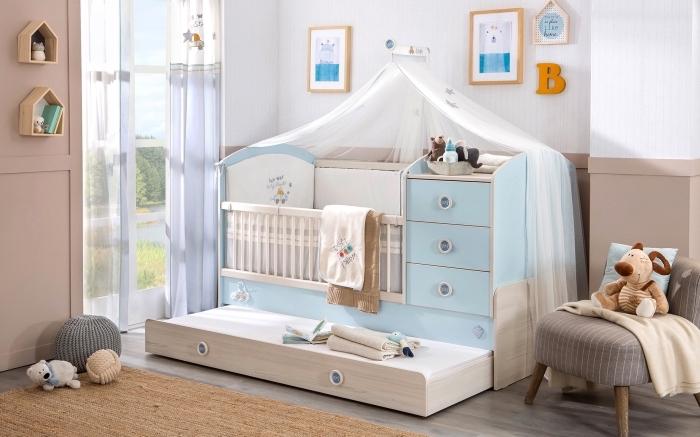 déco de style moderne avec murs blanc et beige, mobilier pour pièce nouveau-né avec lit en blanc et bleu pastel