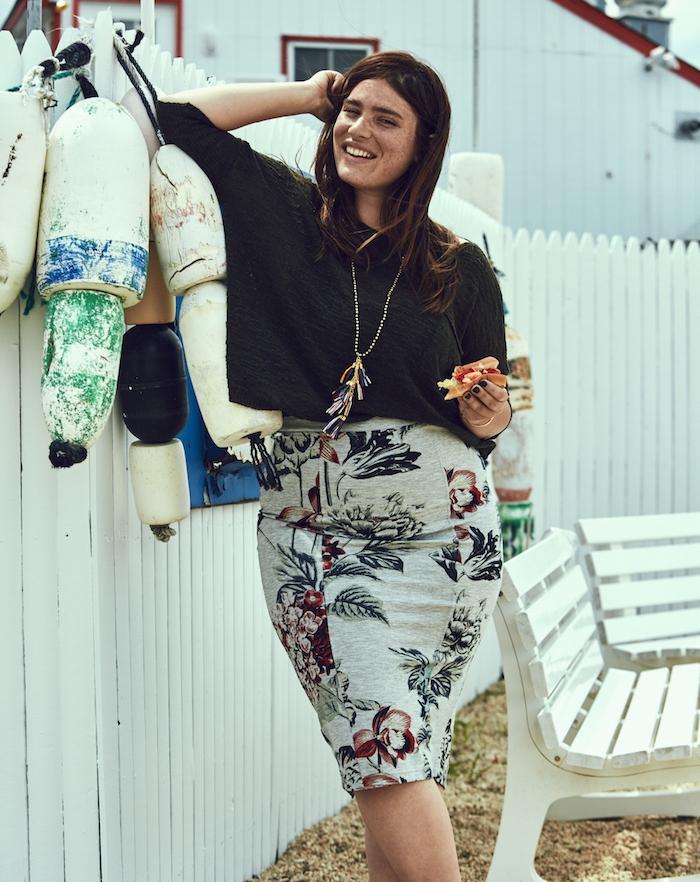 vetement grande taille femme moderne, jupe gris foncé à imprimé floral, chemise noire, collier original, cheveux chatain