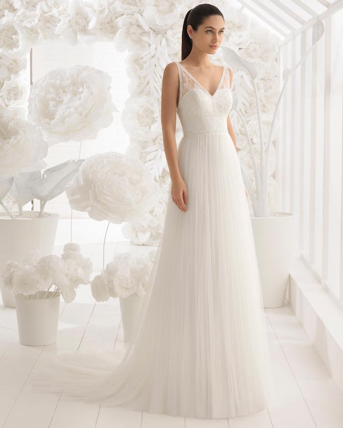 exemple de robe de mariée coupe empire avec une jupe blanche et un bustier blanc avec bretelles transparentes