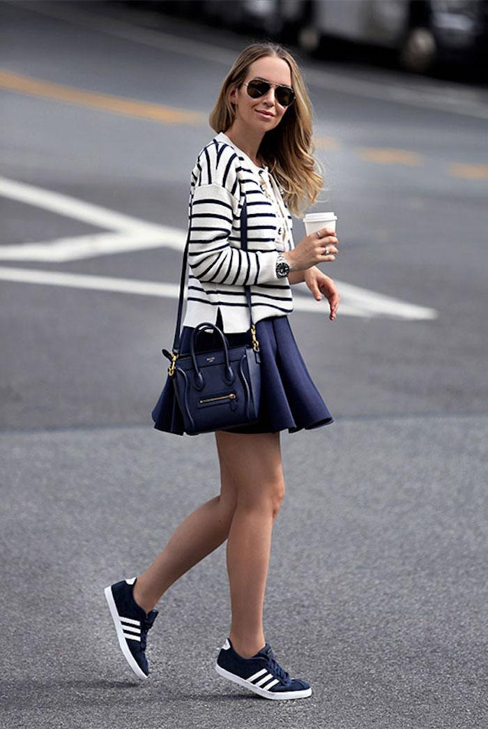 Basket plateforme femme la meilleure tenue avec basket originale idée jupe trapeze basket bleu adidas