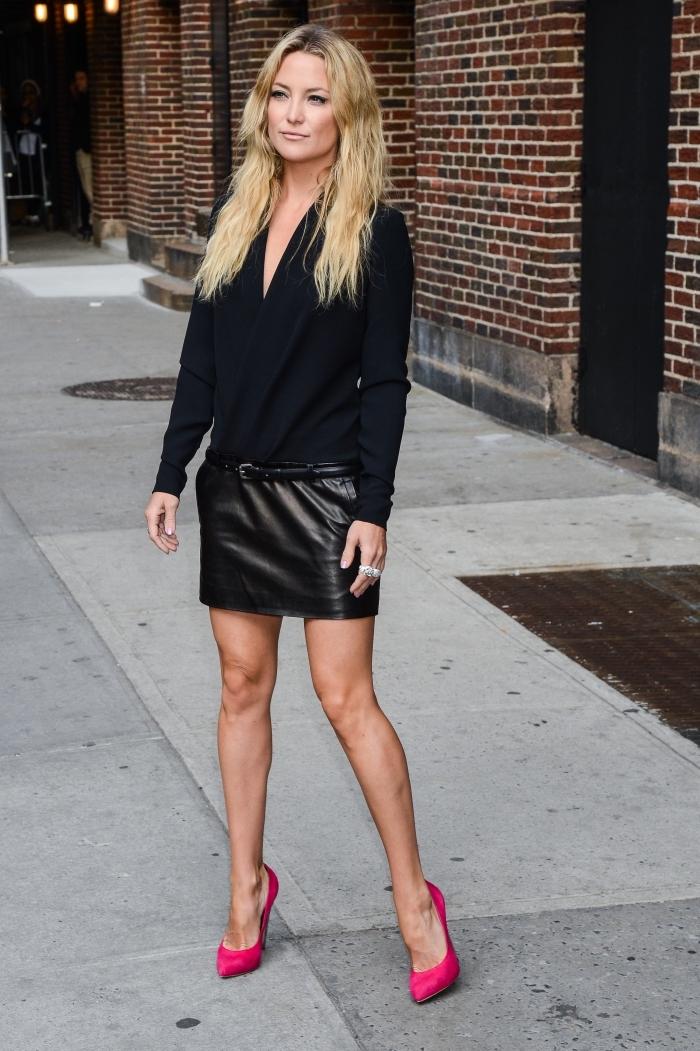 look élégant et stylé avec vêtements noirs femme combinés avec paire de chaussures à talons hauts de couleur rose fucshia
