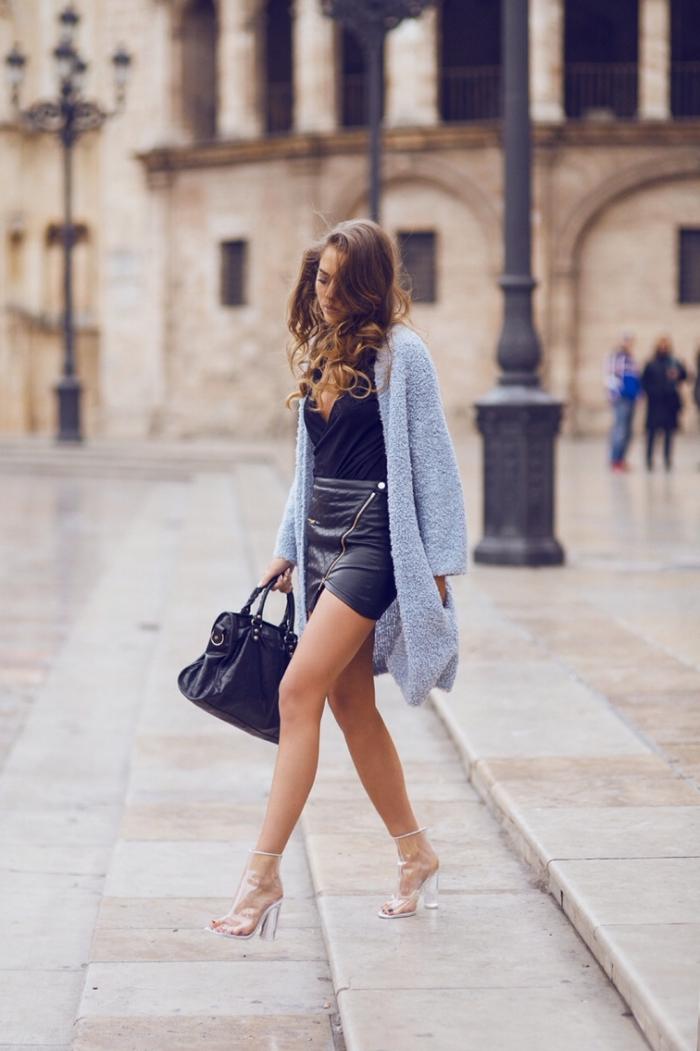 vision chic femme avec jupe courte combiné avec gilet long de couleur gris clair, modèle de chaussures à design transparent