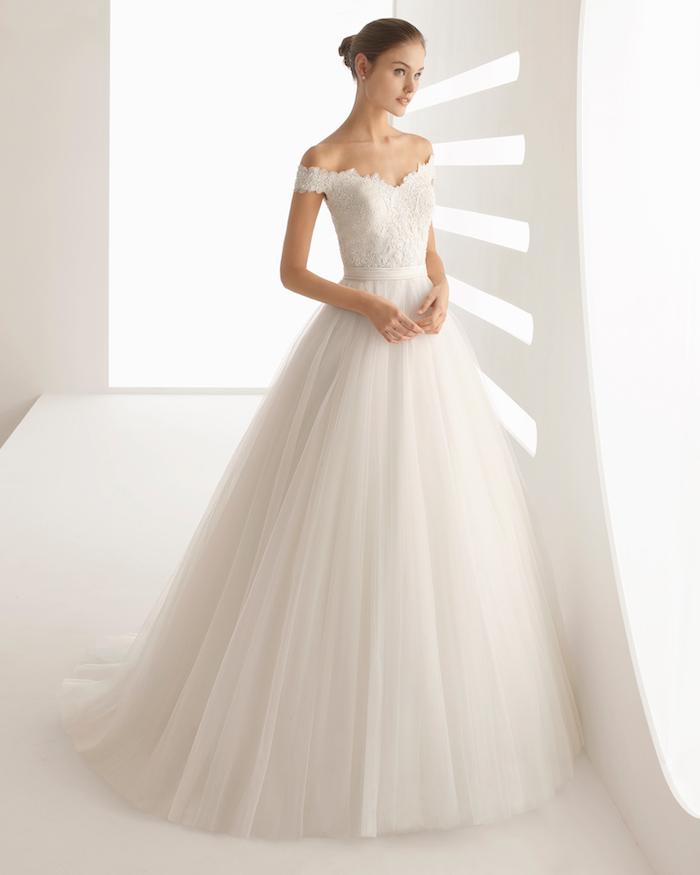 robe de mariage princesse avec une jupe en tulle et un hait blanc bustier à motifs floraux avec des bretelles tombantes