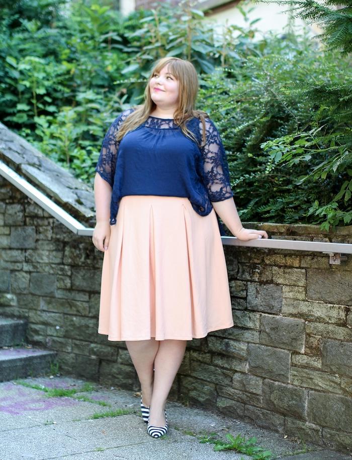 chemise femmebleu marine avec manches en dentelle, jupe évasée longue rose clair, chaussures à rayures