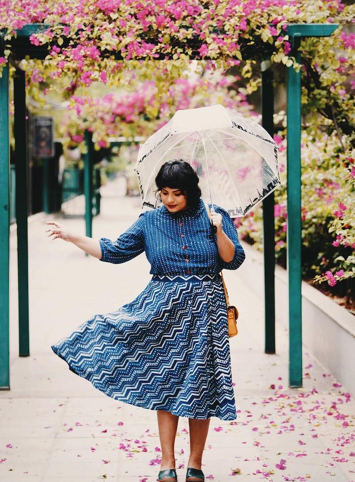 vetement femme grande taille, chemise à rayures bleu et blanc, jupe évasée noir, blanc et bleu, ombrelle, pochette femme jaune