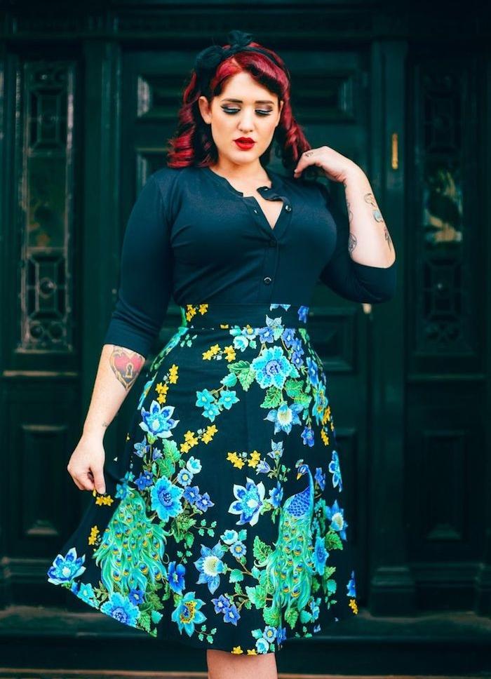 jupe noire à imprimé floral, chemise femme noire, tatouage old school, coiffure cheveux ondulés vintage avec ruban noir