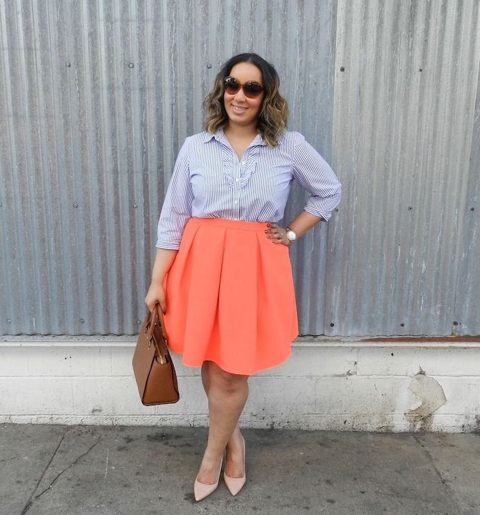 chemise femme à rayures, jupe évasée originale, lunettes de soleil, sac à main marron, chaussures rose pale