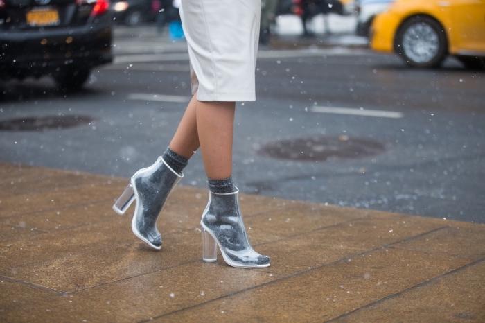 vision chic et élégante en jupe mi longue de couleur blanche combinée avec paire de chaussures à design transparent
