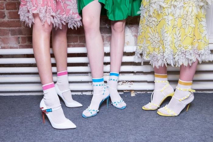 différents modèles de chaussures et sandales à talons de couleurs vibrantes portées avec chaussettes blanches apparentes