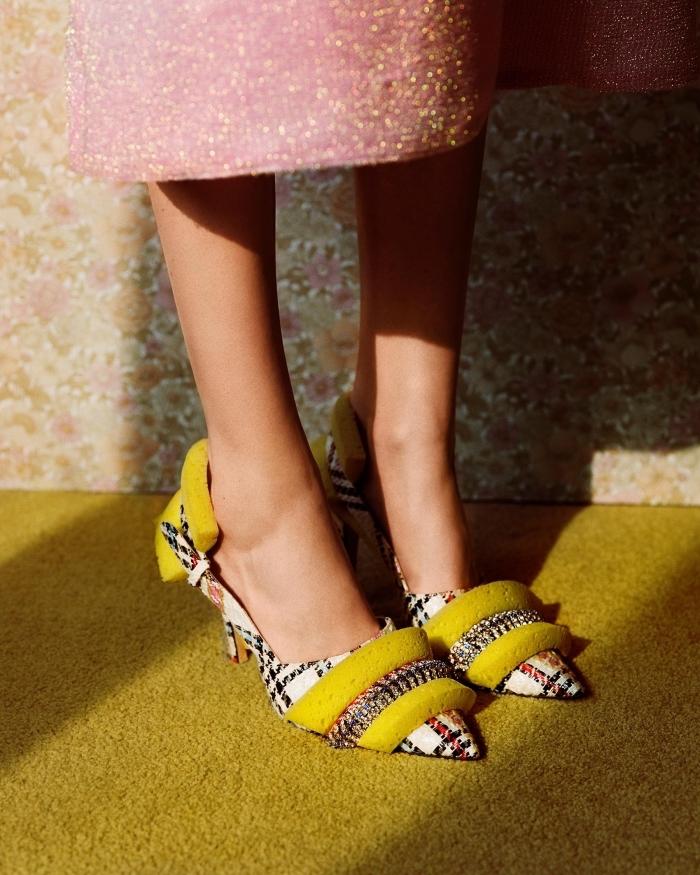 modèle de chaussures à bouts perçantes à design rayé en blanc et noir avec décoration originale de couleur jaune