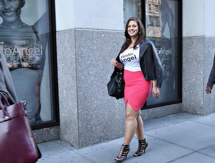 vetement grande taille femme moderne avec une jupe rose foncé, tee shirt blanc, veste en cuir noir et chaussures talon noirs, tenue habillée