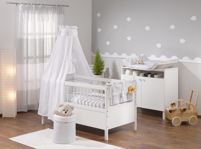 ambiance sereine avec papier peint gris pâle à fleurs 3D blanches dans une pièce nouveau-né avec grande fenêtre