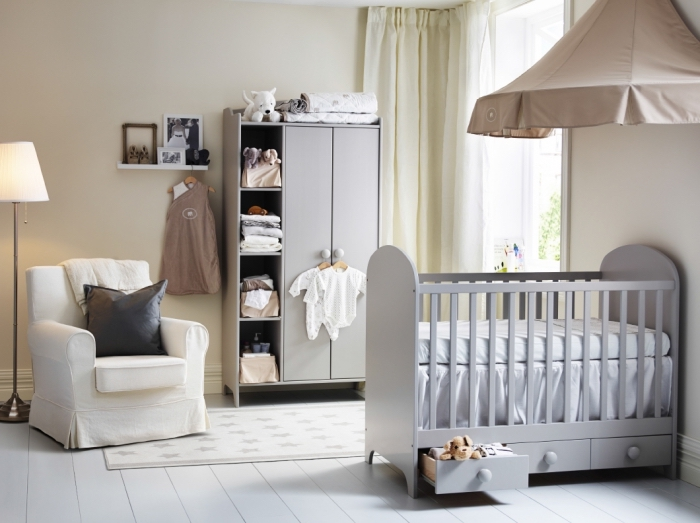 intérieur comfy aux murs beige avec plancher de bois peint en blanc et rideaux longs de nuance champagne