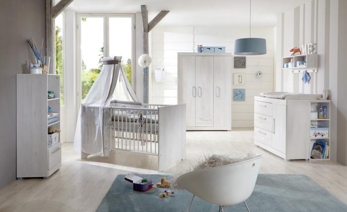 exemple de chambre bebe complete au plafond blanc et murs en papier peint beige et taupe, mobilier chambre nouveau né
