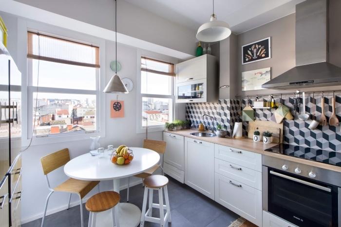déco accueillante dans une petite cuisine avec table à manger ronde et chaises de bois, modèle de carrelage à design géométrique