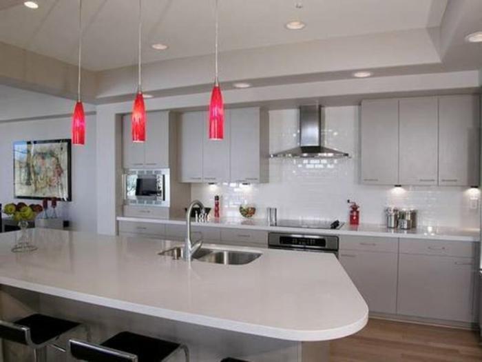 crédence carreaux métro dans une cuisine blanche et élégante, ilot de cuisine courbé et disposant d'évier