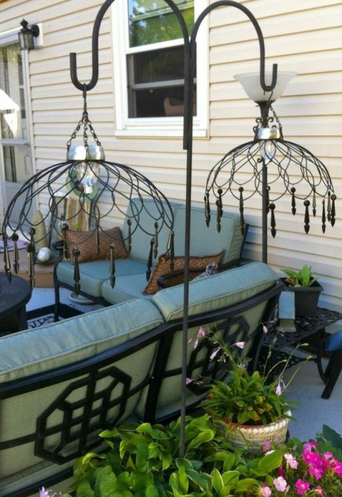 lampes de jardin en style oriental, amenagement exterieur, décorer son jardin, meubles canapé avec des coussins en vert menthe, amenagement jardin paysager