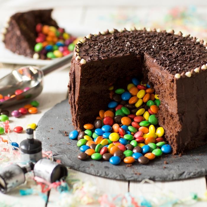 Idée préparation gateau au chocolat anniversaire facile recette gateau anniversaire chocolat et bonbons colorés au milieu