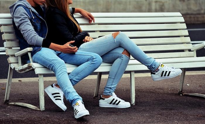Basket habillee femme être chic et se sentir en confort tenue simple tenue jean bleu basket blanche fille et garcon