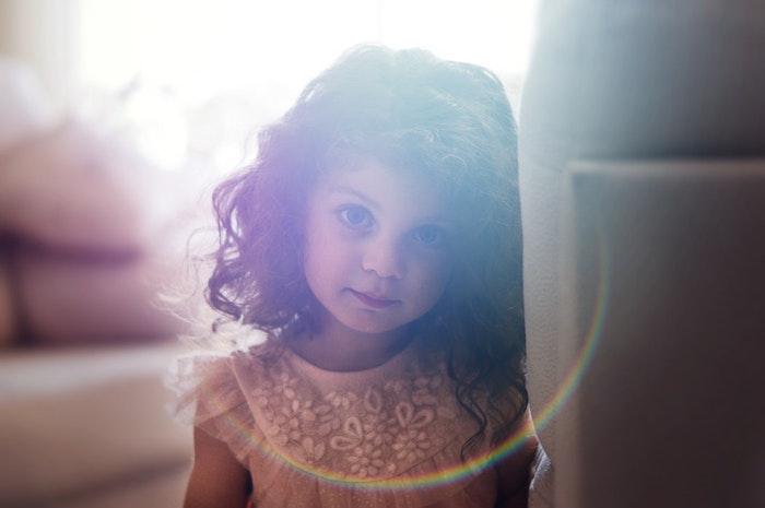 Photo petite fille coupe cheveux court petite fille adorable image coupe enfant belle fille cheveux bouclés