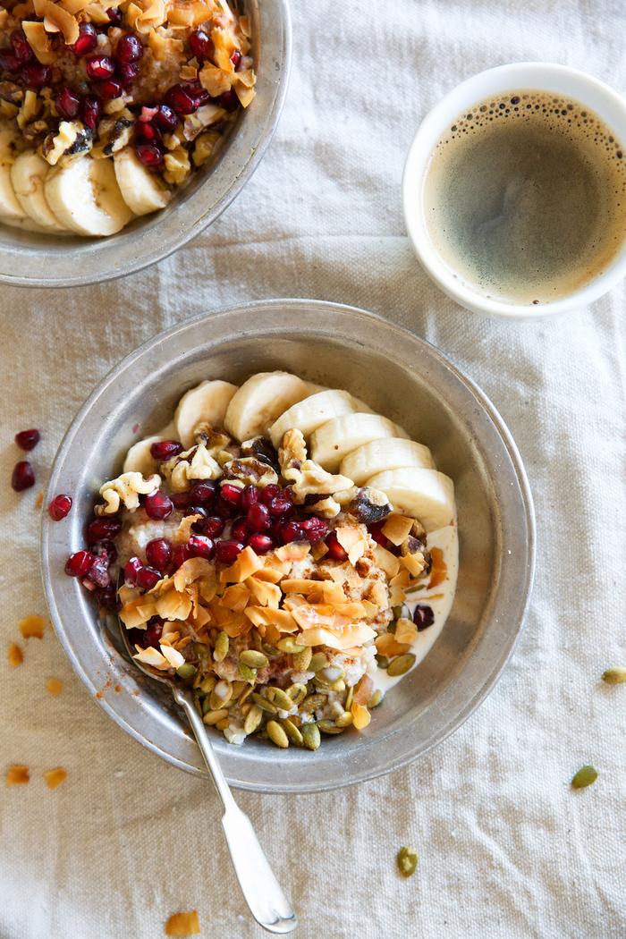 recette petit déjeuner healthy énergétique et riche en fibres, recette de porridge au quinoa, banane et graines