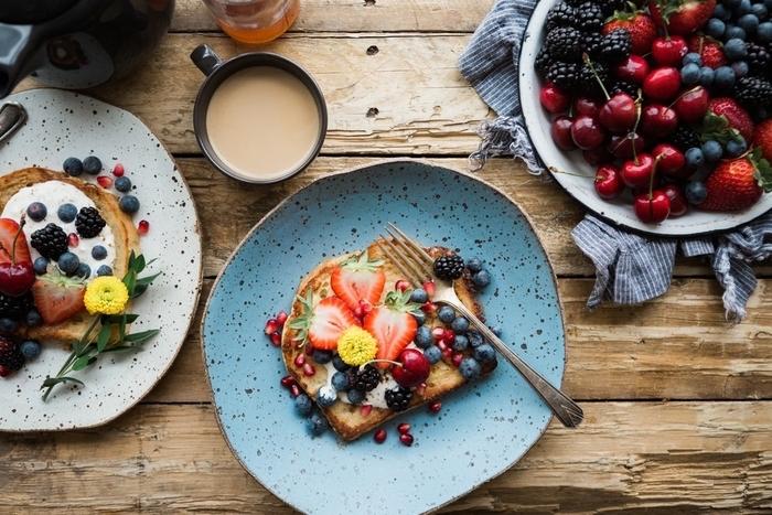 petit déjeuner minceur idéal pour l'été, tartines légères et gourmandes de fruits rouges au mascarpone