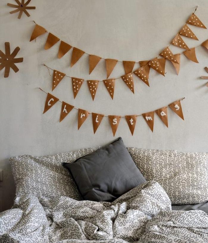 guirlande fanions marron papier kraft sur un mur gris et linge de lit gris, idee deco chambre originale