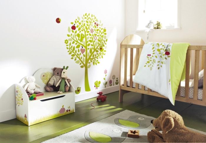 idee deco chambre garcon aux murs blancs avec dessin arbre vert et animaux, déco bicolore en blanc et vert