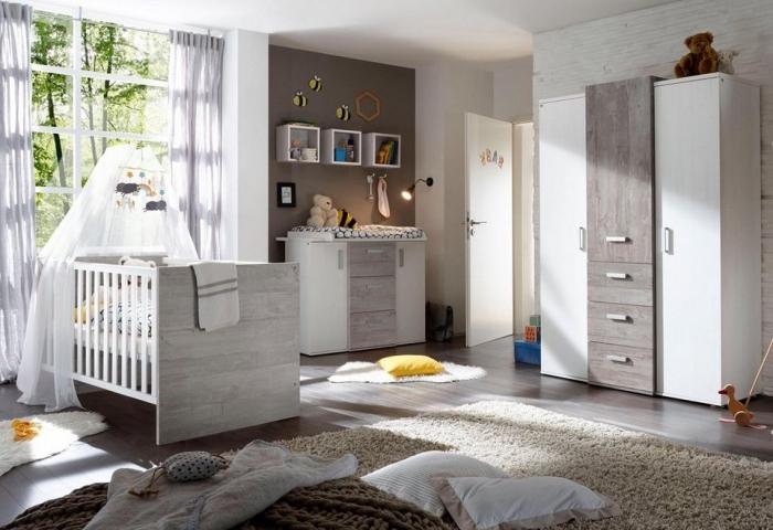 intérieur moderne avec idee deco chambre garcon aux murs blancs et pan de mur taupe aménagée avec meubles de bois
