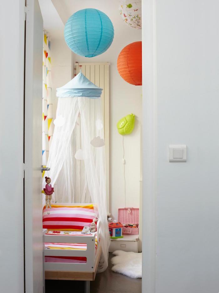 lit pour enfant en bois avec moustiquaire et boucles chinoises colorées