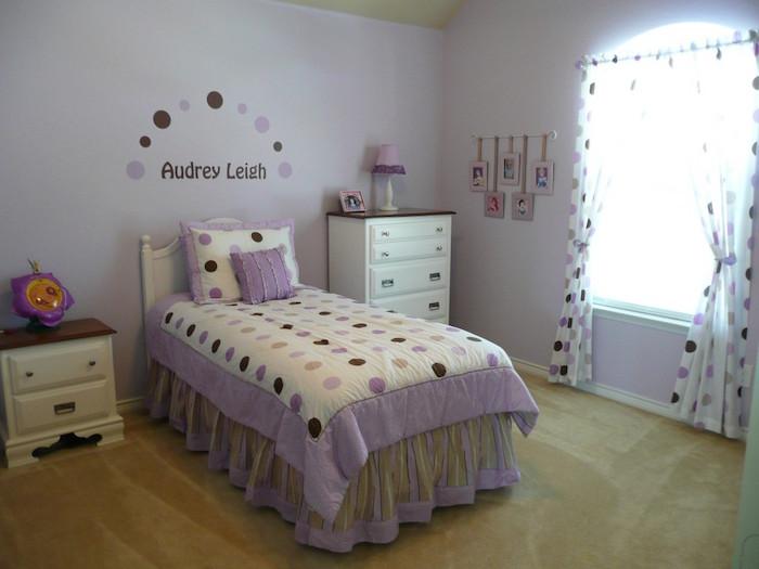 chambre pour jeune enfant fille avec déco violet lavande simple
