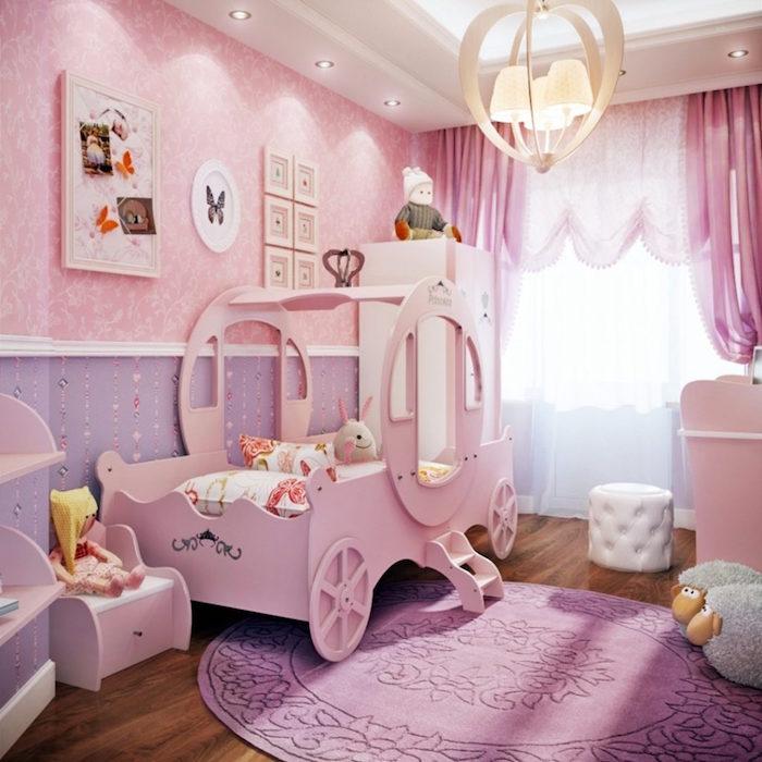 chambre pour petite fille rose et violet avec lit carrosse de princesse en bois