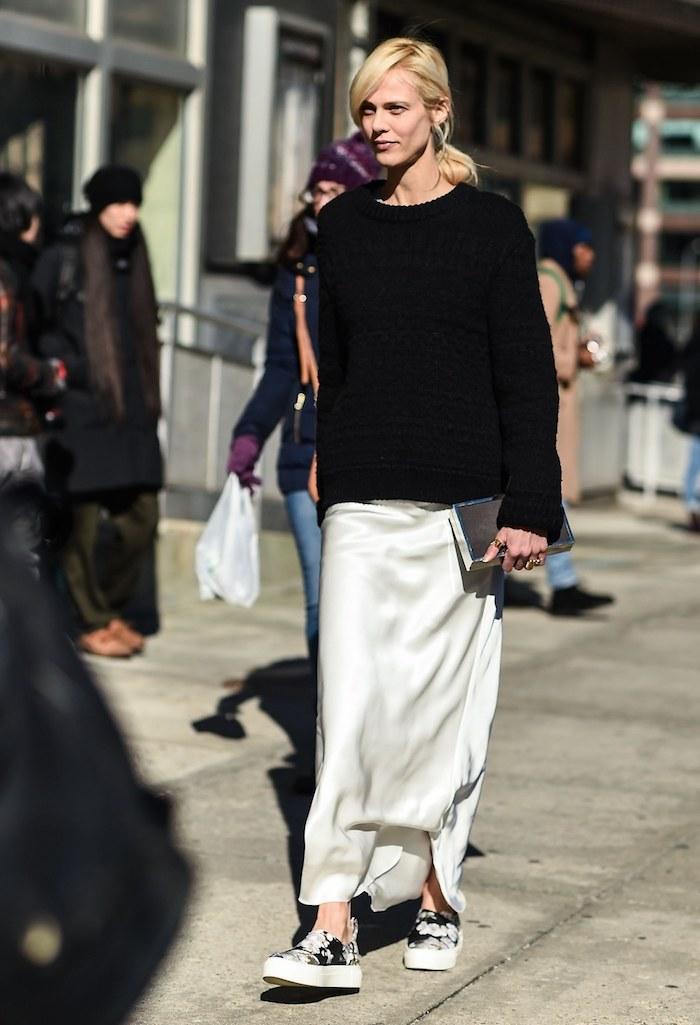 Femme tenue avec basket a la mode robe et basket stylée tenue pour femme swag jupe longue et pull noir