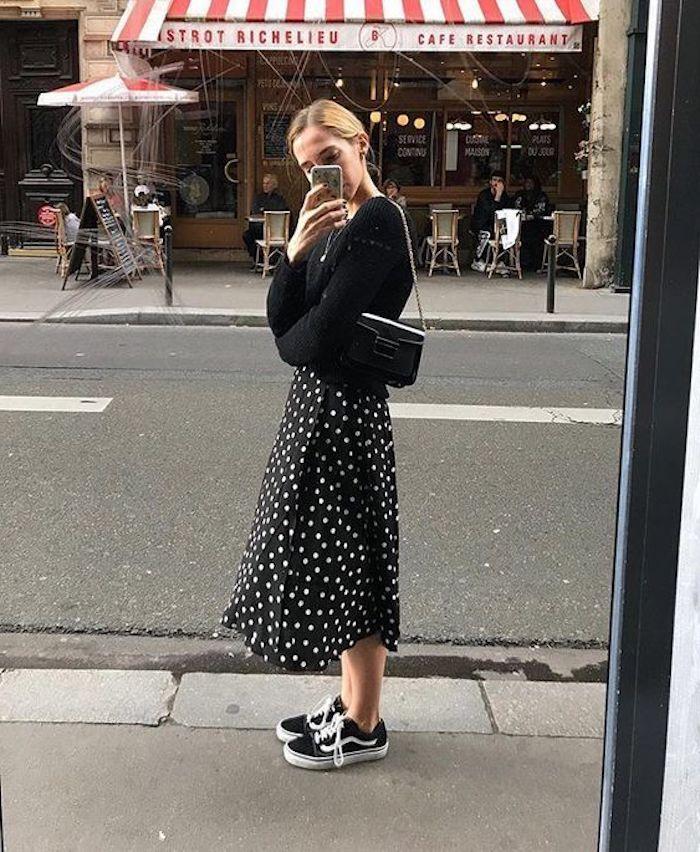 Basket elegante femme des basquettes tenue femme chic décontracté tenue tout noir jupe mi longue noire avec points