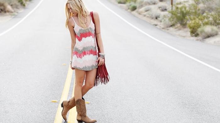 boots cowboys tendance été femme de couleur marron combinés avec un sac à main rouge et une robe bohème chic