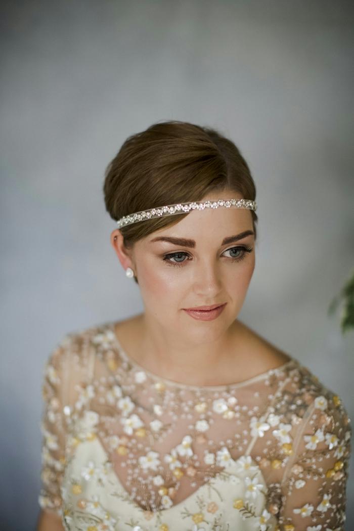 coiffure mariage cheveux courts, coiffure mariee, coiffure invité mariage, coiffure mariage boheme, headband en tissu d'organza en couleur ivoire