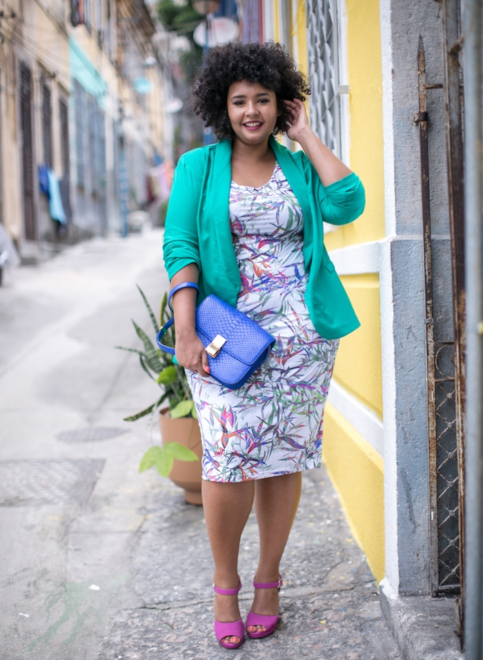 look stylé robe femme ronde blanche à motifs colorés, veste verte, chaussures mauves, sac à main bleu