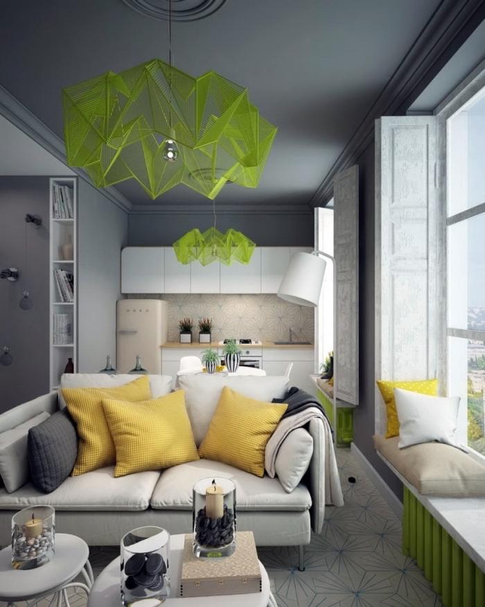quelles couleurs associer au gris dans un intérieur moderne, studio aux murs et plafond gris avec objets en vert et jaune
