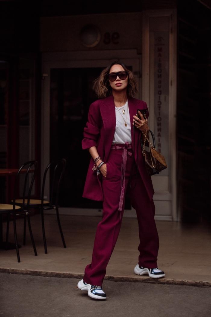vision chic en tailleur de couleur bordeaux combiné avec t-shirt femme blanc, comment porter les sneakers femme élégante
