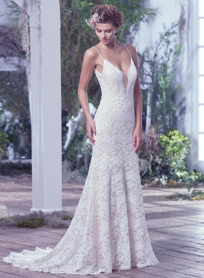 exemple de robe de mariée dentelle champetre chic avec une coupe fourreau et décolleté col rond avec bretelles