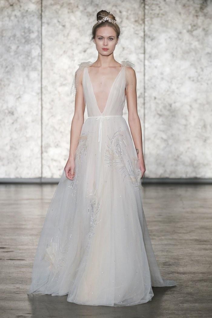 Robes de mariée 2018 quelle robe choisir pour son mariage idée romantique beauté féminine décolleté plongeant robe longue dentelle