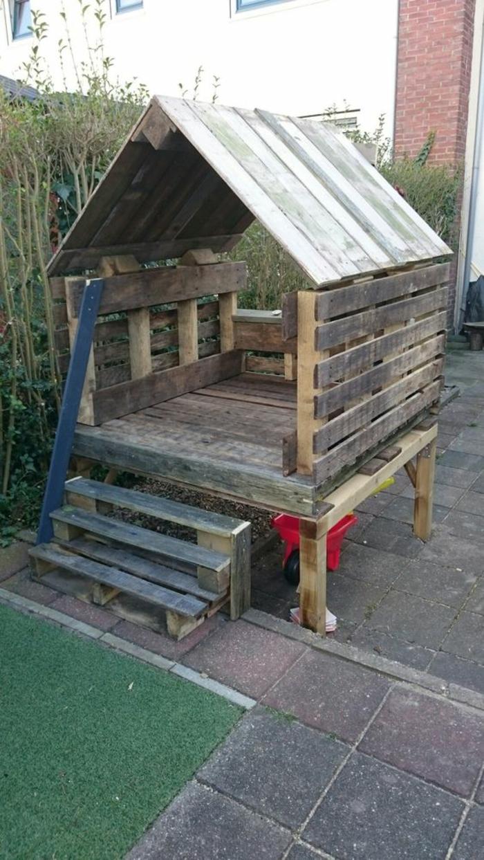 maisonnette pour les jeux des enfants en palettes, meubles de jardin en palettes, espace pour s'amuser, bois non peint, cour recouverte de dalles en mousse, espace sécurisé