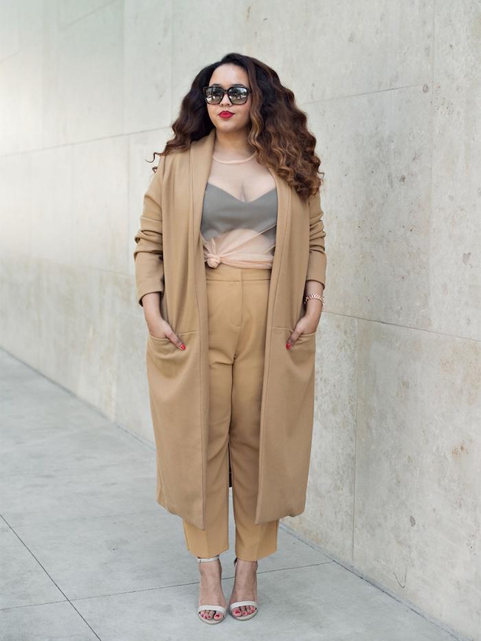 vetement grande taille pour une femme, pantalon et manteau grande taille beige, soutien gorge, cheveux ondulés chatain