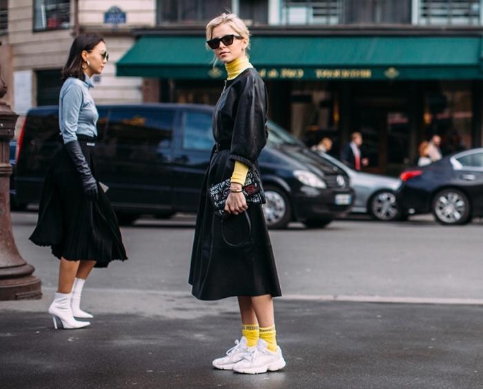 look moderne en manteau long de couleur noir combiné avec pull et chaussette apparente de couleur jaune tendance