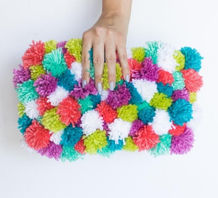 accessoire fashion pour femme, pochette customisée avec boules de laine de couleurs variées, objet diy avec laine