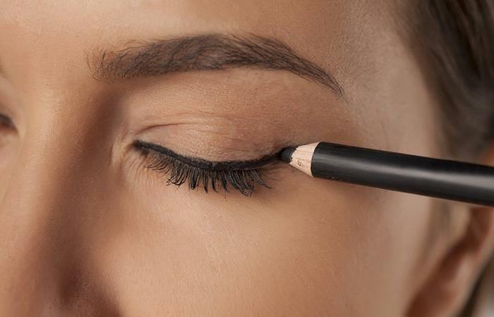 maquillage beige de tous les jours, trait d'eyeliner noir, fard à paupières marron