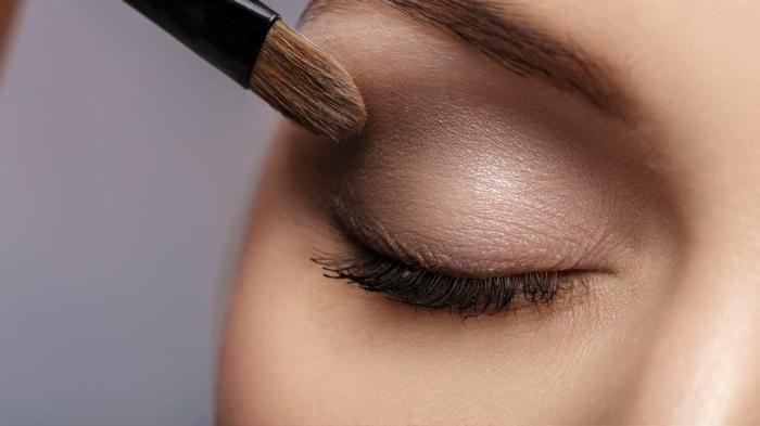maquillage léger; ombre paupière en couleurs chaleureuses et mascara noir