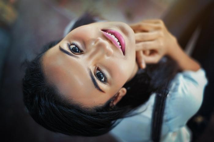 comment se maquiller pour tous les jours, une fille à peau mate et yeux marrons